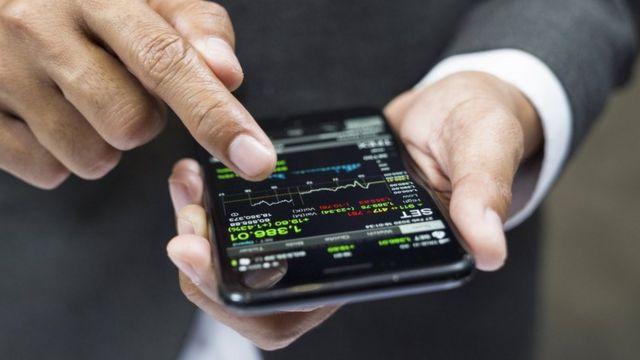 Un hombre que compra criptomonedas en una aplicación móvil.